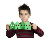 Les maisons de fixation de petit garçon ont effectué le papier d'ââof Photographie stock