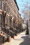 Les maisons de ligne en pierre de Brown avec la haute se penche dans Harlem Photo libre de droits