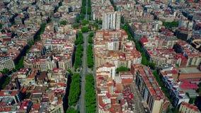 Les maisons de logement de Barcelone bloque le modèle et la vue aérienne de rue principale, Espagne vidéo 4K banque de vidéos