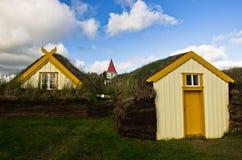 Les maisons du 19ème siècle de gazon et une église chez Glaumbaer cultivent Photos stock