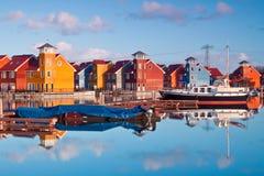 Les maisons en bois colorées s'approchent de l'eau photo stock