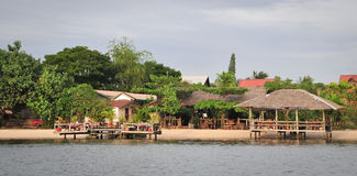 Les maisons en bois à l'eco recourent dans le delta du Mékong, Vietnam Image libre de droits