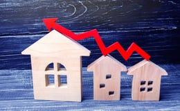 Les maisons en bois se tiennent dans une rangée de petit à grand avec un arro rouge Photographie stock libre de droits
