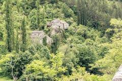 Les maisons en pierre médiévales ont perdu dans la forêt de gorge du Tarn Image libre de droits