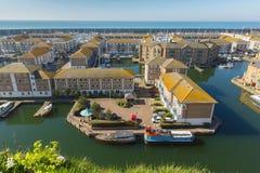 Les maisons et les appartements britanniques de marina de Brighton avec des bateaux fait de la navigation de plaisance photos libres de droits
