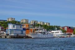 Les maisons et les bateaux de flottement se sont accouplés à la marina de Pampas, Stockholm, Suède Photos libres de droits