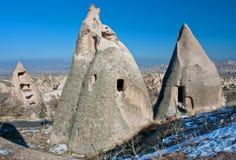 Les maisons peu communes ont découpé dans la roche de grès dans les montagnes de Cappadocia sous le soleil lumineux Photos libres de droits