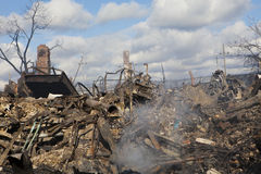 Les maisons reposent la combustion lente après ouragan photo stock