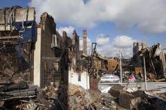 Les maisons reposent la combustion lente après ouragan image stock