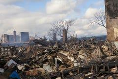 Les maisons reposent la combustion lente après ouragan image libre de droits
