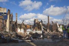 Les maisons reposent la combustion lente après ouragan photos stock