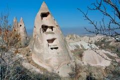 Les maisons rocheuses ont découpé dans les grès dans les montagnes Images libres de droits