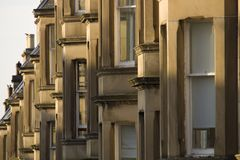 Les maisons victoriennes de colonie ont fait du grès à Edimbourg, Ecosse photographie stock