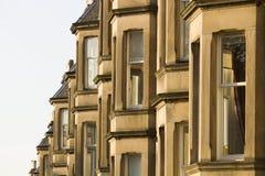 Les maisons victoriennes de colonie ont fait du grès à Edimbourg, Ecosse images libres de droits