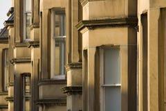 Les maisons victoriennes de colonie ont fait du grès à Edimbourg, Ecosse photos stock
