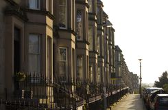 Les maisons victoriennes de colonie ont fait du grès à Edimbourg, Ecosse images stock