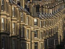 Les maisons victoriennes de colonie ont fait du grès à Edimbourg, Ecosse photographie stock libre de droits