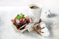Les makkaroons les plus savoureux avec la fraise et avec du chocolat et la fraise pistaches savoureuses d'un petit déjeuner photographie stock