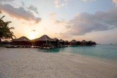 Les Maldives au-dessus du coucher du soleil/du lever de soleil de pavillons de l'eau Images stock