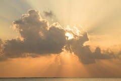 Les Maldives : coucher du soleil merveilleux à l'île du soleil d'atoll d'Ari Photo libre de droits