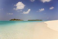 Les Maldives : coucher du soleil merveilleux en île du soleil d'atoll d'Ari Photo libre de droits