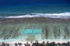 Les Maldives, les gens du pays et les touristes détendent sur la plage, antenne, photographie stock libre de droits
