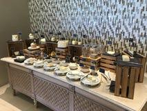 Les Maldives - petit déjeuner de luxe avec des poissons, des oeufs, le café, des fromages, le pain et la viande Image libre de droits