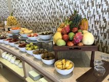 Les Maldives - petit déjeuner de luxe avec des poissons, des oeufs, le café, des fromages, le pain et la viande Photographie stock libre de droits