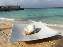 Les Maldives - petit déjeuner de luxe par la mer et la plage Photos stock