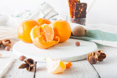 Les mandarines avec le muesli et les fruits secs allument le fond Matin Image stock