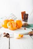 Les mandarines avec le muesli, les fruits secs allument le fond Matin Images libres de droits