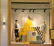 Les mannequins dans la fenêtre de boutique de mode se sont allumés par la lumière menée Photographie stock