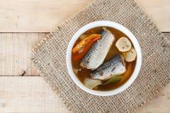 Les maquereaux épicés de nourriture thaïlandaise pêchent, les maquereaux en boîte de Tom yum en sauce tomate sur le tapotement de photographie stock libre de droits