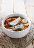 Les maquereaux épicés de nourriture thaïlandaise pêchent, les maquereaux en boîte de Tom yum en sauce tomate sur le tapotement de image libre de droits