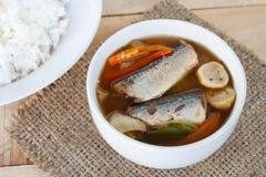 Les maquereaux épicés de nourriture thaïlandaise pêchent, les maquereaux en boîte de Tom yum en sauce tomate sur le tapotement de photographie stock