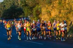 Les marathoniens lèvent le lever de soleil de colline Photos libres de droits