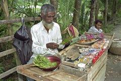 Les marchandises de vente ambulante et d'affichage sur le marché calent Image libre de droits