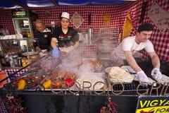 Les marchands ambulants se vendant avec les légumes et la viande bourrés ont rôti le tarte Images libres de droits
