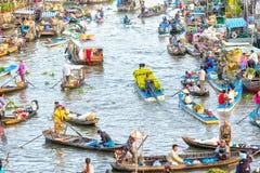 Les marguerites de transport de bateau commercent sur la rivière le de fin d'année Images stock