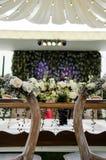 Les mariés ajournent à la réception de mariage photographie stock libre de droits