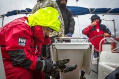 Les marins non identifiés participent à la régate de navigation le 12ème Ellada Autumn-2014 sur la mer Égée Image libre de droits