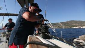 Les marins participent automne 2016 d'Ellada de régate de navigation au 16ème parmi le groupe d'île grec banque de vidéos