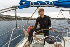 Les marins participent automne 2014 d'Ellada de régate de navigation au 12ème parmi le groupe d'île grec en mer Égée Photo libre de droits