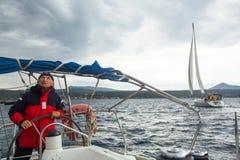 Les marins participent automne 2014 d'Ellada de régate de navigation au 12ème parmi le groupe d'île grec en mer Égée Images libres de droits