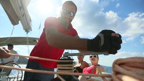 Les marins participent automne 2018 d'Ellada de régate de navigation au 20ème parmi le groupe d'île grec en mer Égée banque de vidéos
