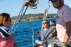 Les marins participent à la régate le 16ème Ellada de navigation Image libre de droits