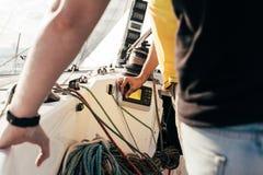 Les marins sur le voilier ou le yacht observent des dispositifs Image libre de droits