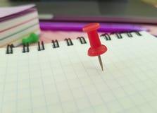 Les marqueurs de note de concepteur de papier coloré de bloc-notes de punaise dentellent en bois Photo stock