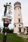 Les marqueurs en pierre de tour et de sentier de randonnée de visionnement avec la flèche se connecte le grand sommet de hibou de Image stock