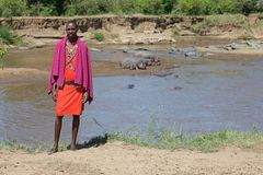 Les masais équipent au fleuve de Mara Photos stock